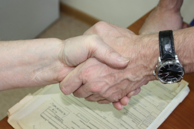 Слева - рука пациента с пришитой кистью.