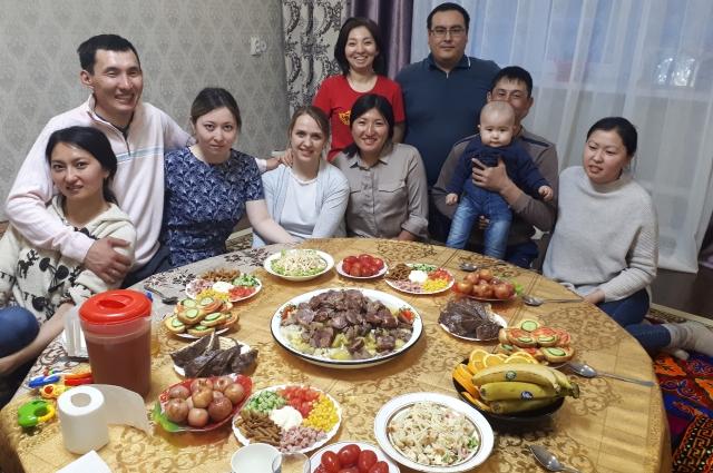 Одна из традиций - собирать взрослых детей с семьями за общим столом.