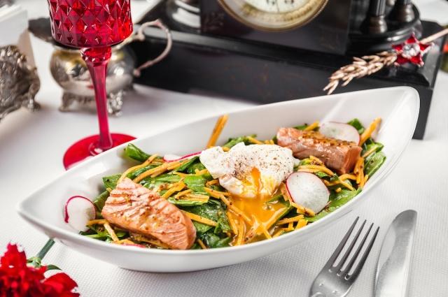 Салат зелёный с лососем и шпинатом