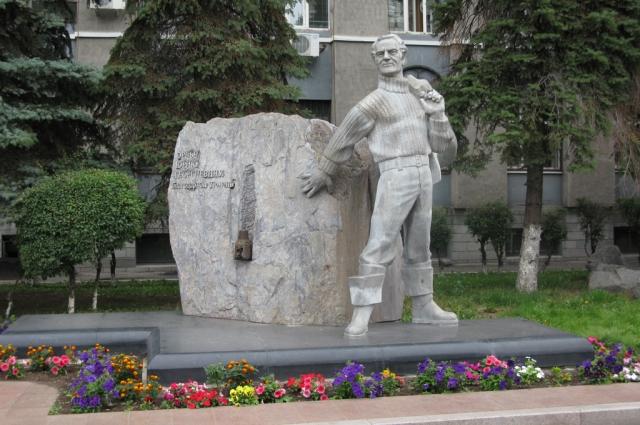 Памятник Юрию Георгиевичу Эрвье около здания