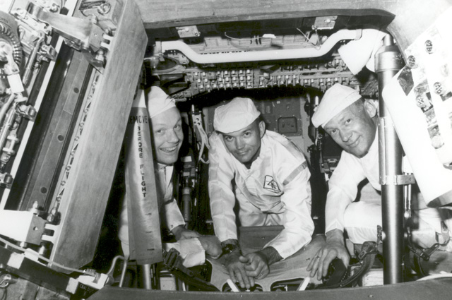 Слева направо: Нил Армстронг, Майкл Коллинз и Эдвин Олдрин в кабине командного модуля во время одной из тренировок на Земле.