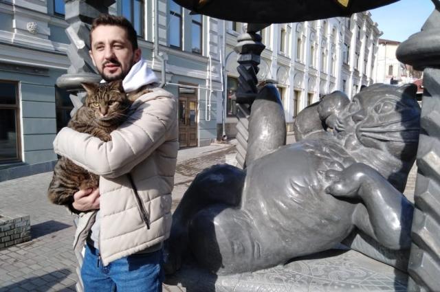 В Казани кот Виктор и его хозяин первым делом посетили памятник Коту Казанскому на ул. Баумана.