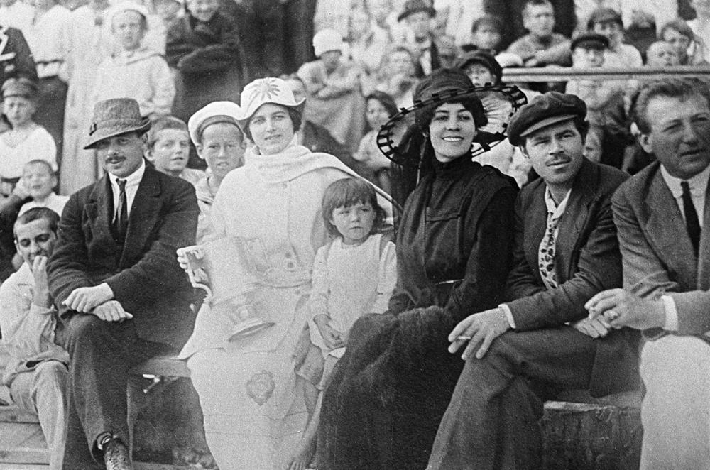 Лариса Рейснер, жена Федора Раскольникова, полномочного представителя РСФСР в Афганистане (вторая слева) с французским послом и его женой и сотрудниками российского посольства на афганском Празднике независимости. 1922 год.