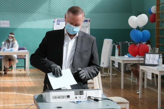 Александр Беглов проголосовал в школе №12 на улице Кораблестроителей.