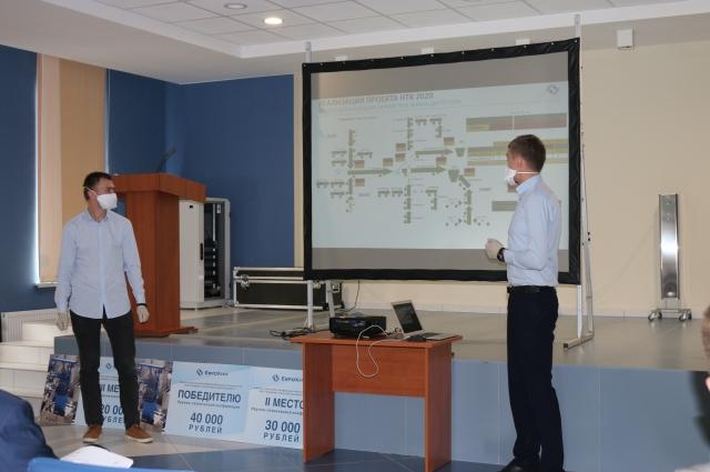 Молодые специалисты предприятия Никита Давыдов и Владимир Бардаков на финальной защите научно-технического проекта по оптимизации системы управления процесса транспортировки и добычи руды.
