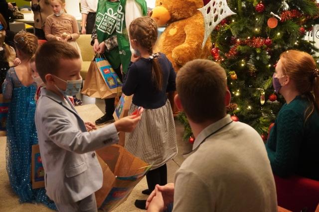 Малыши получили подарки от помощников Деда Мороза с телеканала НТВ.