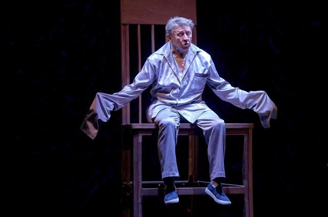В конце спектакля возникает гипертрофированный образ стула выше человеческого роста, который главному герою уже недоступен.