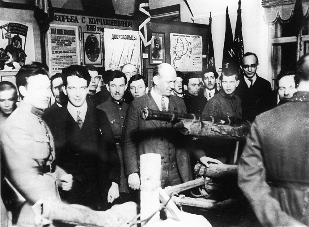Член ЦК компартии Германии Эрнст Тельман (в центре) рассматривает партизанское орудие в Центральном доме Красной Армии. Снимок 1921 года.