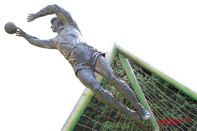 Вратарь Лев Яшин до сих пор ловит мяч... у стадиона Динамо