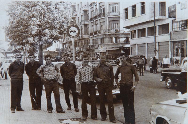 Дамаск, в увольнительной (третий справа).