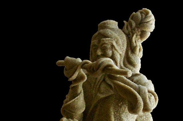 Настраиваясь на работу, скульптор изучает легенды и мифы.