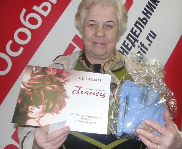 Мария Петровна Чуканова получила слоника от мастера Аллы Харченко.