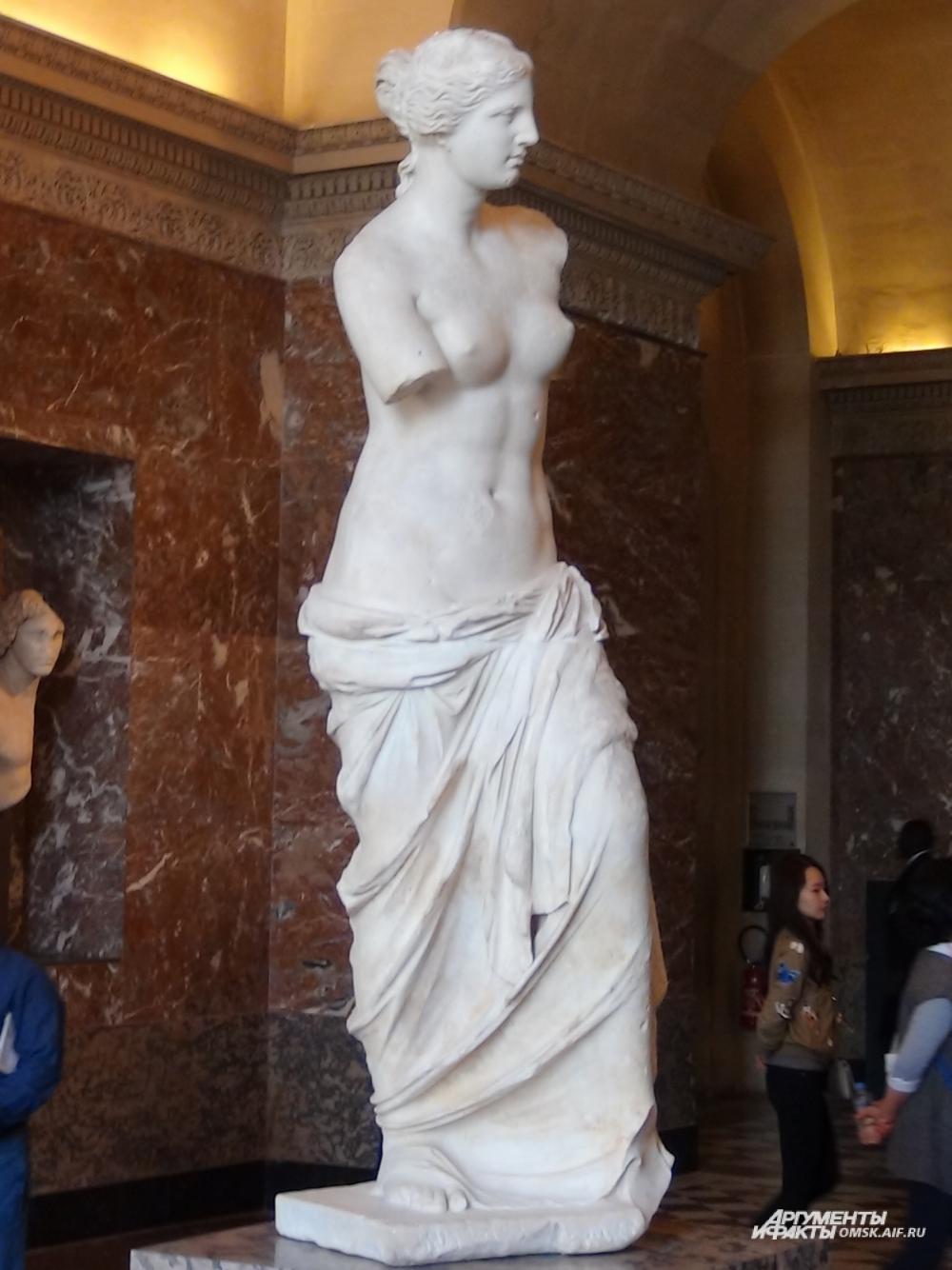 Лувр можно назвать универсальным музеем: здесь представлены абсолютно разные экспонаты.