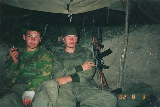 Брат Дмитрия Сергей (на фото справа) служил в Чечне во время второй кампании