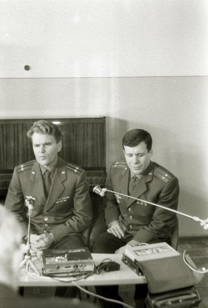 Космонавты Владимир Шаталов и Евгений Хрунов на пресс-конференции с журналистами, 1969 год