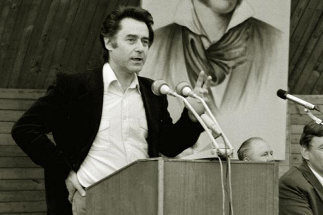 Московский поэт Андрей Дементьев выступает на праздновании 180-летия со дня рождения А. С. Пушкина. 1979 год