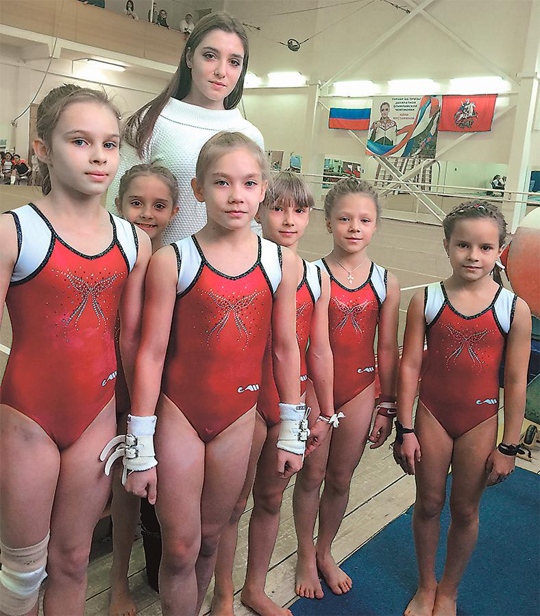 Юные воспитанницы отделения спортивной гимнастики с двукратной олимпийской чемпионкой Алиёй Мустафиной.
