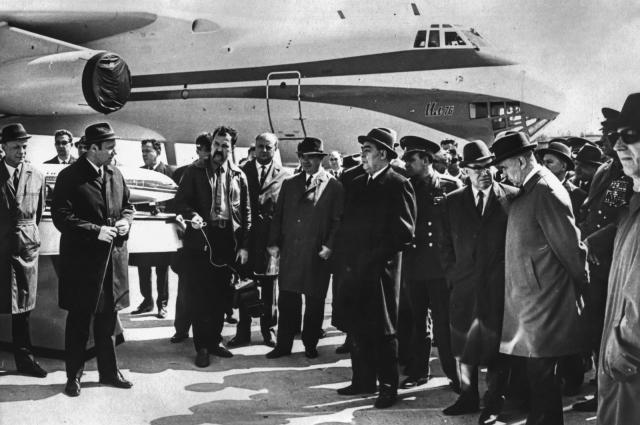 Л. И. Брежнев и П. А. Соловьев у самолета Ил-76.