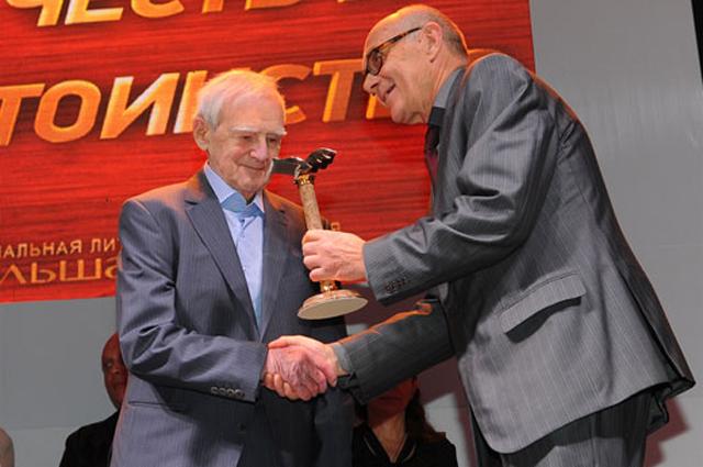 Даниил Гранин на церемонии вручения  Национальной литературной премии «Большая книга» получает первое место за книгу «Мой лейтенант» и специальную награду «За честь и достоинство»