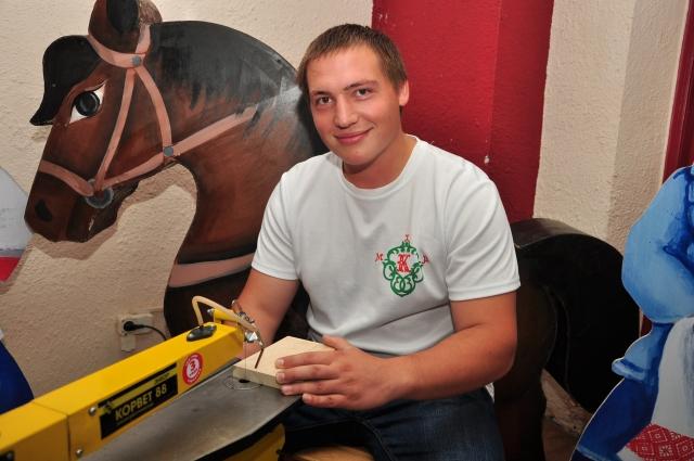 Егор Сапоцкий - мастер по дереву. На общегородских мероприятиях проводит мастер-классы для детей.