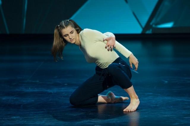 Несмотря на то, что Настя ещё учится в школе, она уже преподаёт танцы.