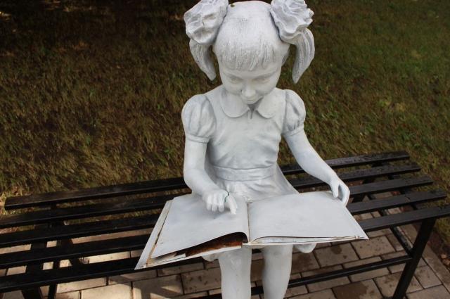Девочке с книгой в парке им. Якутова вандалы сломали палец