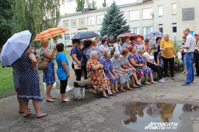 Несмотря на дождь, хуторяне собрались, чтобы выразить свою позицию по закрытию больницы.
