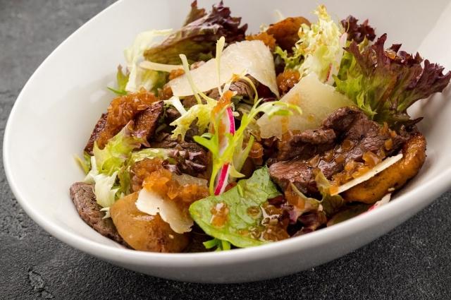 Теплый салат с говядиной, запеченным перцем и белыми грибами