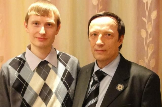 Максим доверился отцу.