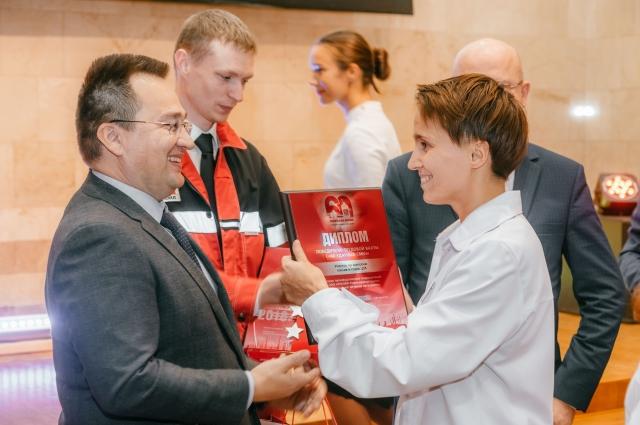 Сергей Андронов вручает награды Елене Томаревой.