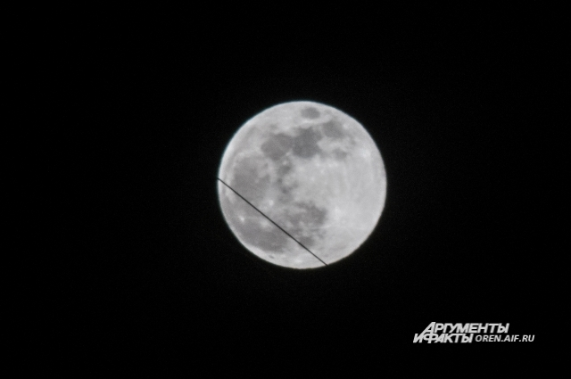 Спутник Земли - Луна - во всей красе во время суперлуния.
