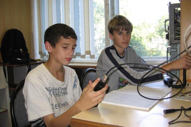 Радиолюбители и среди молодёжи имеются.