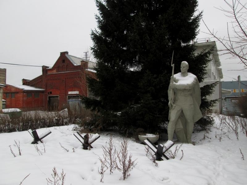 Заброшенный памятник ветеранам ВОВ нашли за ангарами гипермаркета