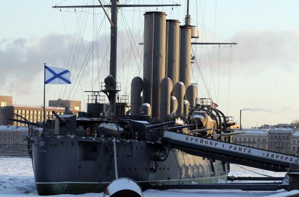 Крейсер 1-го ранга Балтийского флота «Аврора» у Петроградской набережной в Санкт-Петербурге