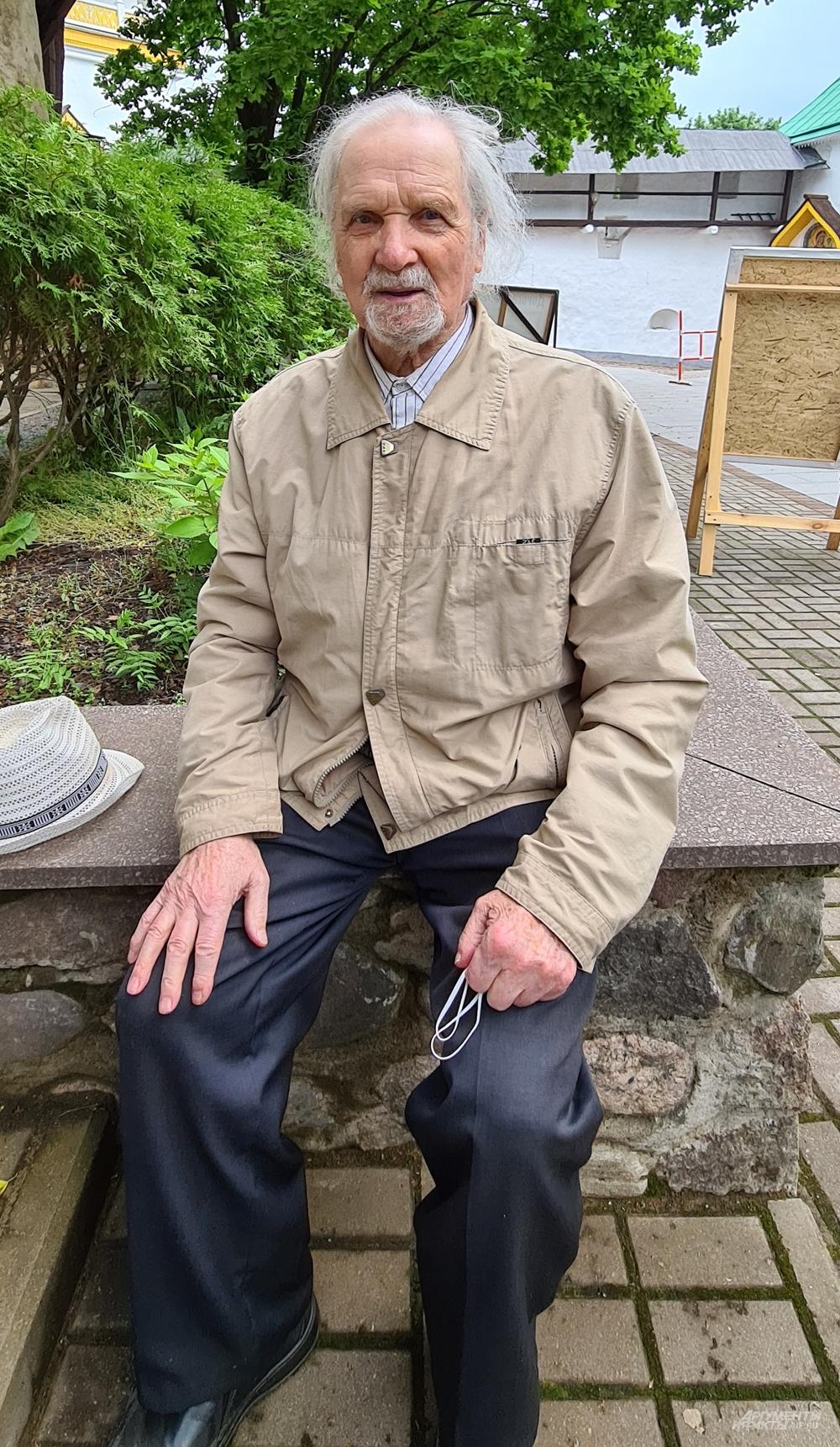 Священник Евгений Пелешев.
