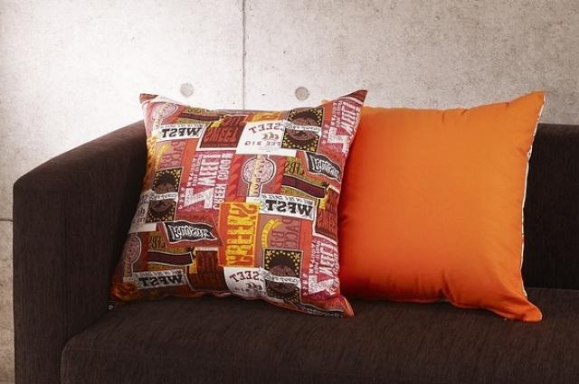Декоративные подушки светлее, чем сам диван.