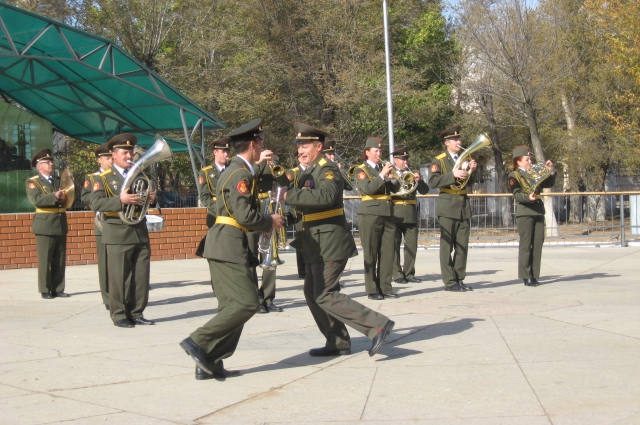 Нередко в городе на улицах проходят военные парады.