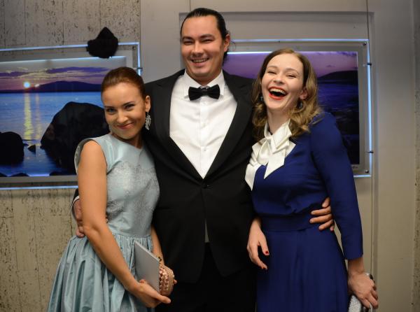 Андрей Першин с супругой актрисой Юлией Александровой (слева) и актрисой Юлией Пересильд. 2014 год