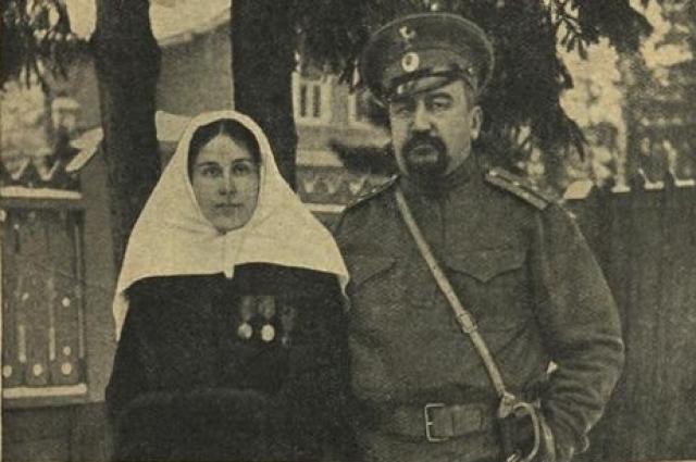 Куприн, призванный в чине поручика на Первую мировую войну, с Елизаветой Морицевной Куприной (в форме сестры милосердия)