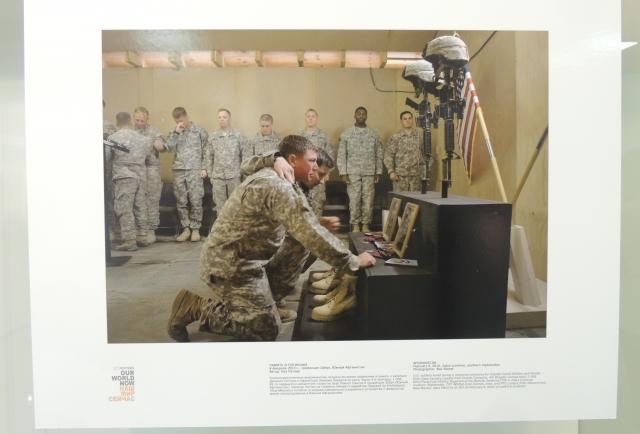 Солдаты вспоминают погибших. Фото агентства Рейтерс