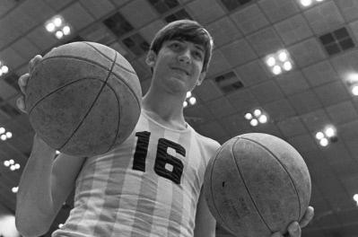 Пятнадцатилетний баскетболист Владимир Ткаченко (рост 214 см) на тренировке. 1973 год.