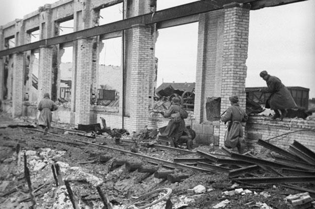 Советские солдаты во время одного из уличных боев в Сталинграде.