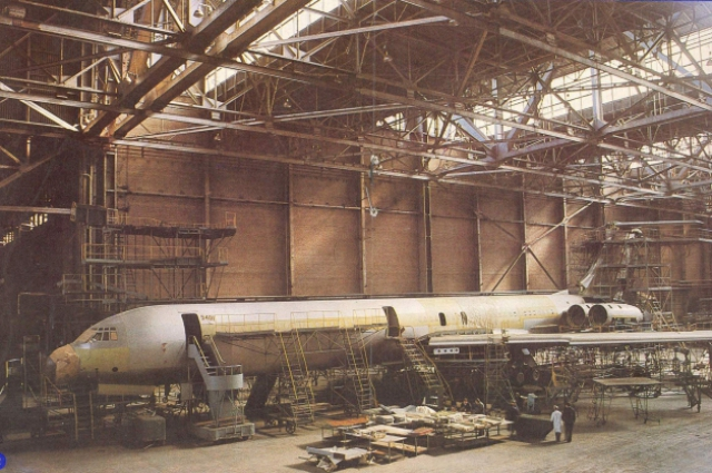 Ил-62 в сборочном цехе казанского завода.