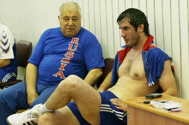 С трехкратным олимпийским чемпионом Бувайсаром Сайтиевым. Фото: Из личного архива
