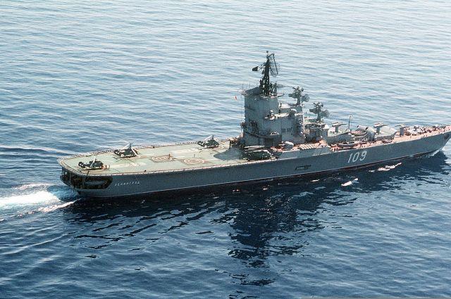 Шторм не дал крейсеру подойти к аварийной подлодке.