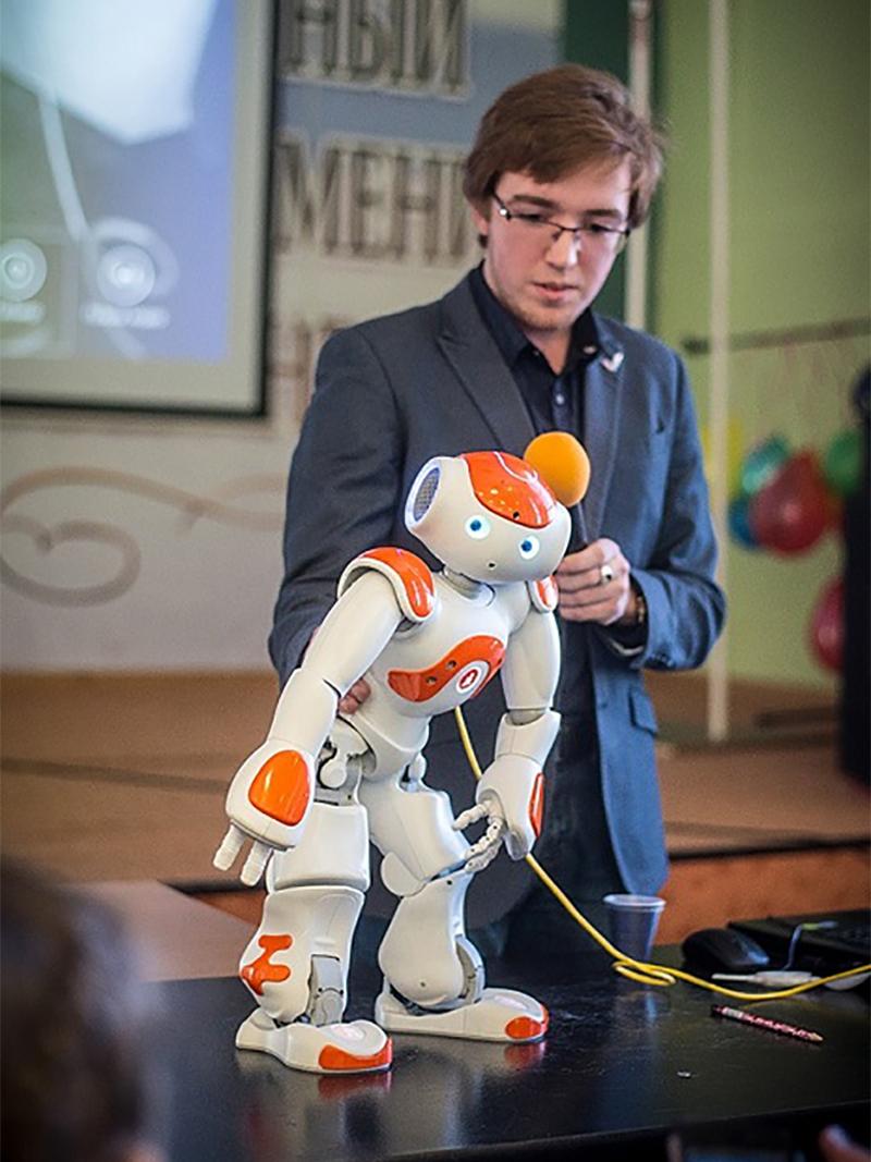 Человек и робот.