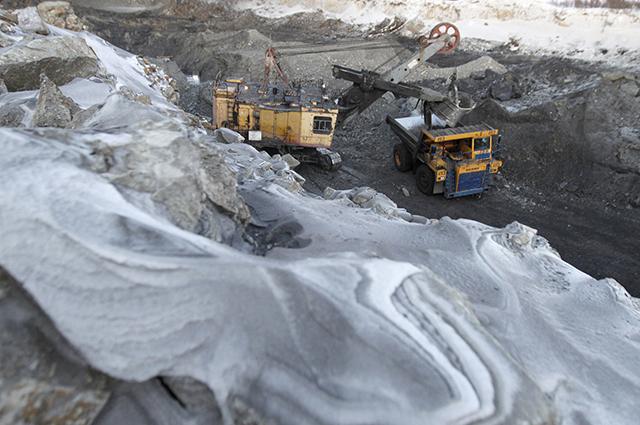 Добыча угля открытым способом на угольном разрезе «Юньягинский» ОАО «Воркутауголь». Это единственный в мире угольный разрез, расположенный за Полярным кругом.