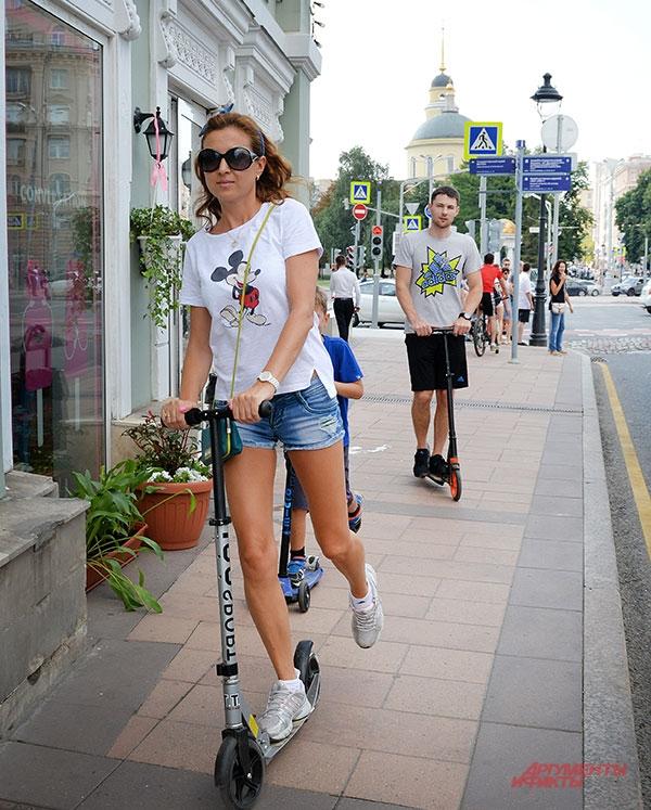 Обновлённые улицы комфортны для прогулок москвичей разных возрастов.