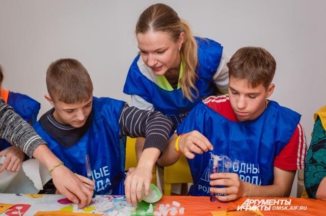 Дети получили наборы для дальнейших занятий наукой.