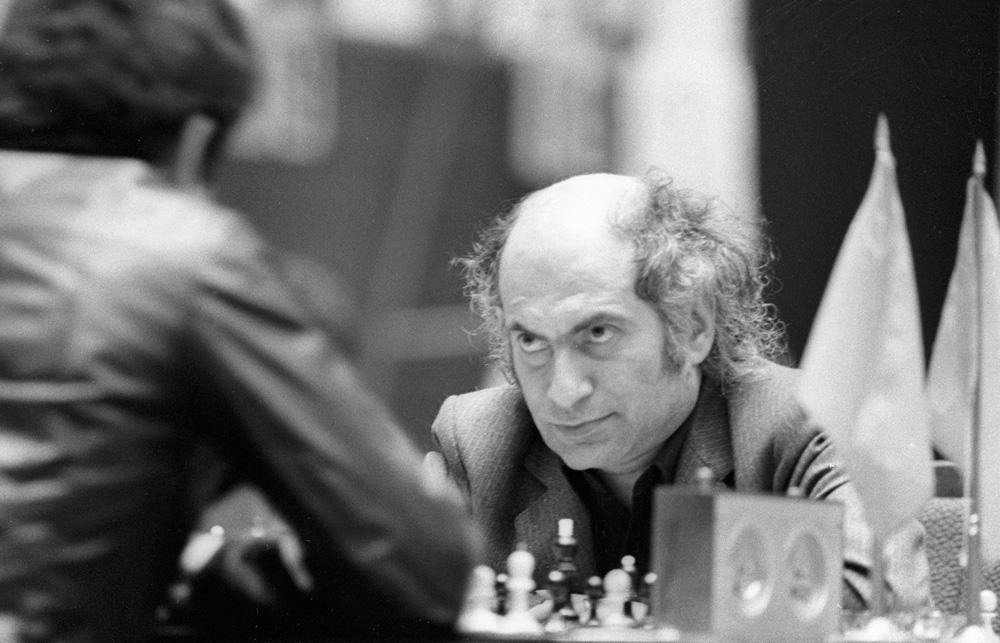 Михаил Таль (справа) на Московском межзональном шахматном турнире 1982 года.